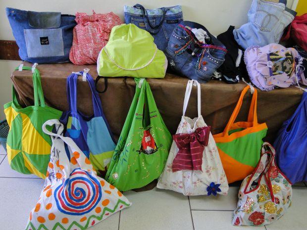 Moradores do Interior de São Paulo usam a criativade para produzir sacolas como alternativa às sacolinhas de plástico (Foto: Divulgação)