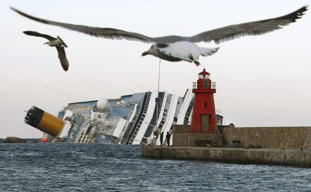Costa Concordia nesta segunda-feira (30), visto a partir da ilha de Giglio (Foto: AP)