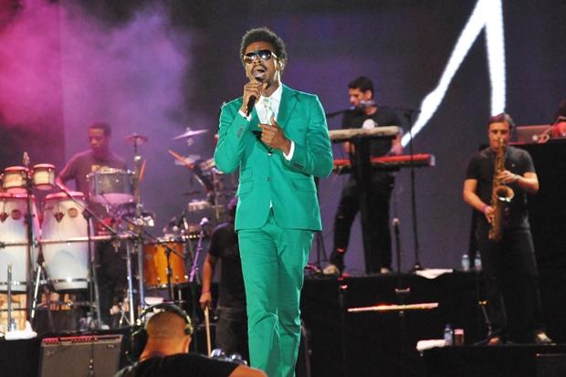 Seu Jorge de terno verde no Festival de Verão Salvador (Foto: Divulgação/Eduardo Freire/Agência Edgar de Souza)