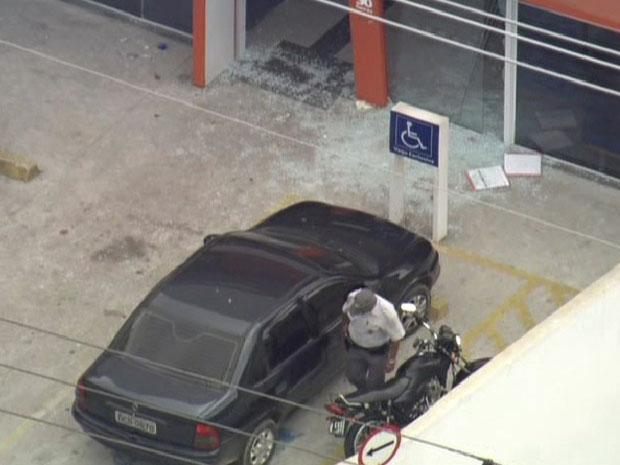 Porta de banco foi destruída durante tiroteio (Foto: Reprodução/TV Globo)