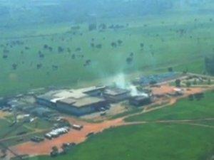 Imagem aérea mostra gás tóxico ainda saindo de prédio de curtume em frigorífico onde ocorreu acidente em MS (Foto: Edson Ferraz/TV Morena)