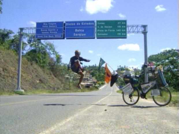 Objetivo de ciclista é visitar as 27 capitais dos estados brasileiros em 345 dias. (Foto: Reprodução/TV Gazeta)