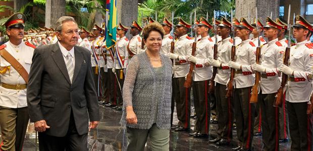 Dilma Rousseff e o presidente cubano, Raúl Castro, durante revista a tropas na cerimônia oficial de chegada da brasileira a Cuba (Foto: Roberto Stuckert / Presidência)