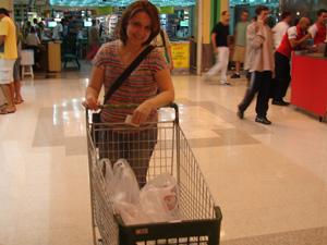 A professora Else Lemos decidiu comprar por conta da estratégia de supermercado que distribui sacolas biodegraveis grátis (Foto: Renato Jakitas/G1)