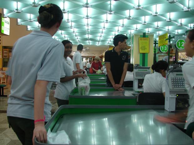 Supermercado em São Paulo: sacolinhas biodegradáveis de graça para os clientes (Foto: Renato Jakitas/G1)