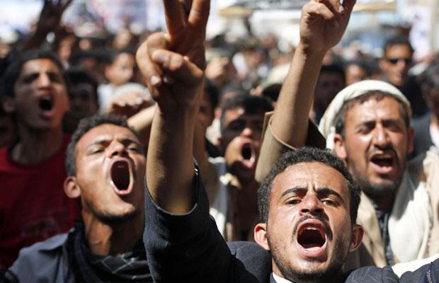 Manifestantes iemenitas gritam durante marcha antigoverno no dia 29 de janeiro (Foto: Khaled Abdullah/Reuters)