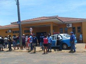Grande número de pessoas se agloremou em frente a hospital de Bataguassu em busca de informações sobre as vítimas (Foto: Ollair Nogueira/Bataguassu News)