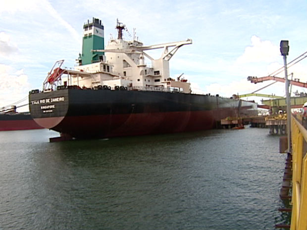 Navio de mais de 400 mil toneladas em Vitória (Foto: Reprodução/TV Gazeta)