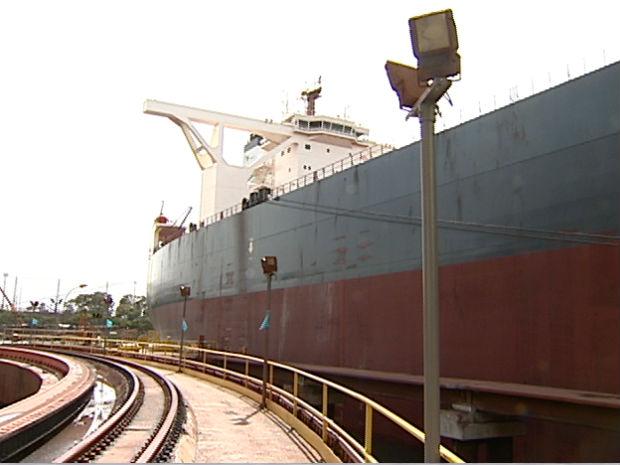 Navio de mais de 400 mil toneladas em Tubarão, Vitória (Foto: Reprodução/TV Gazeta)