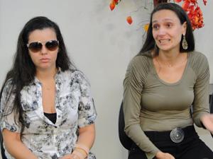Gabrielle Burcci, filha de Wando, e Renata Costa Lana e Souza, esposa do artista. (Foto: Pedro Triginelli/G1)