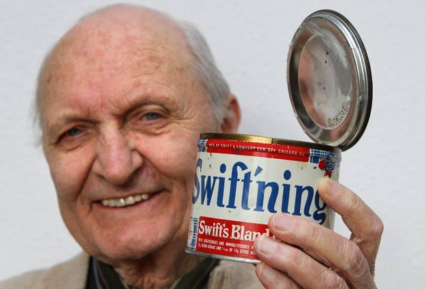 Hans Feldmeier guardou por 64 anos uma lata de banha de porco no armário. (Foto: Bernd Wuestneck/AFP)