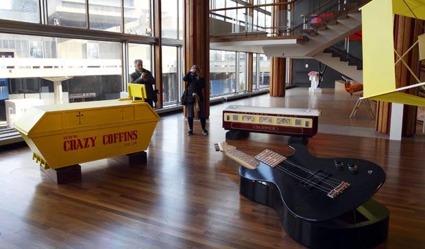 Em Londres, caixões no formato de caçamba, de vagão de trem e de guitarra fizeram parte de mostra. (Foto: Justin Tallis/AFP)