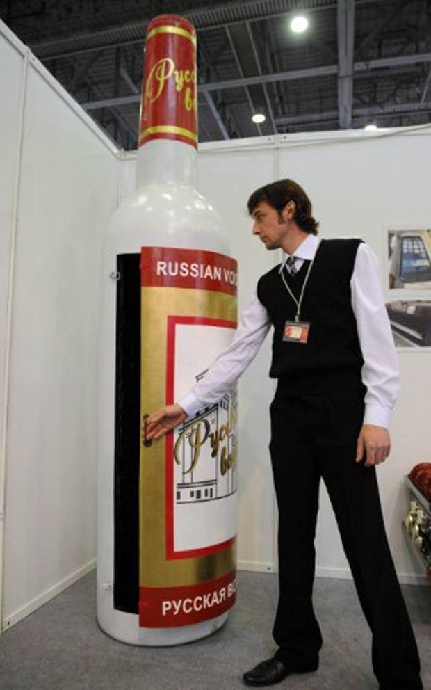 Caixão em formato de garrafa de Vodca foi exibido em outubro de 2011 em Moscou, na Rússia. A peça foi criada pelo artesão de origem ganesa Eric Agetei Anang. (Foto: Kirill Kudryavtsev/AFP)