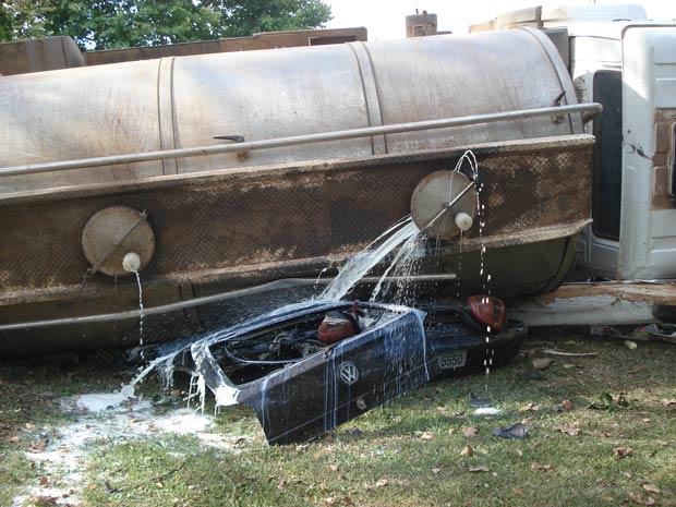 Caminhão carregado com leite tomba sobre um Gol no RS (Foto: Vanessa Bordignon/ Vc no G1)