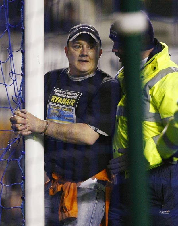 Homem ficou algemado à trave de gol porque a Ryanair não contratou sua filha. (Foto: Tim Hales/AP)