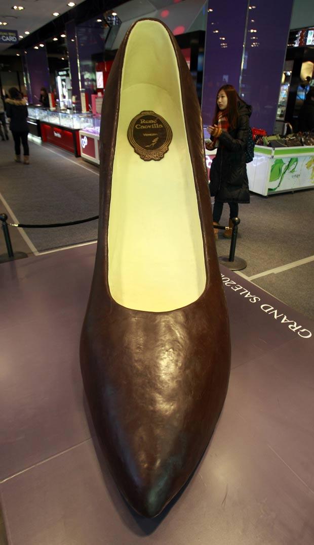 Sapato tem dois metros de altura e três metros de comprimento. (Foto: Lee Jin-man/AP)