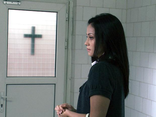 Fernanda Andrade chega ao manicômio onde revê a mãe depois de anos: primeiro encontro com a atriz Suzan Crowley só aconteceu durante as filmagens (Foto: Divulgação)