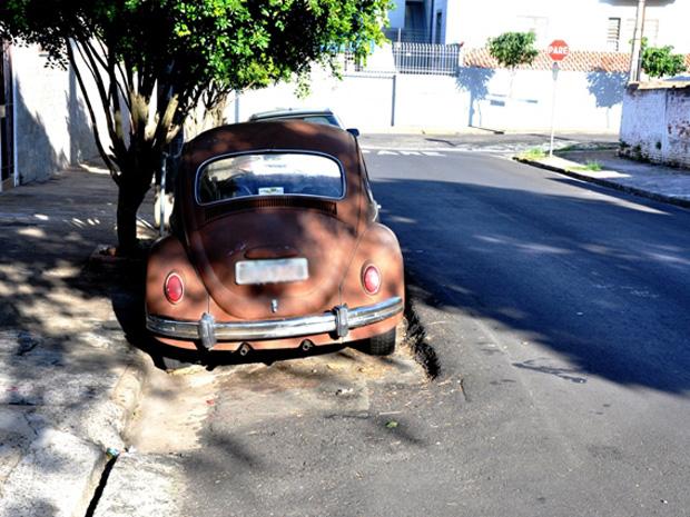 Fusca não foi removido durante obra e ficou com asfalto antigo sob ele (Foto: Maurício Alexandrino de Souza/ Arquivo Pessoal)