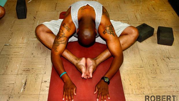 Presidiário faz posição de yoga na prisão de san Quentin (Foto: Robert Sturman/Divulgação)