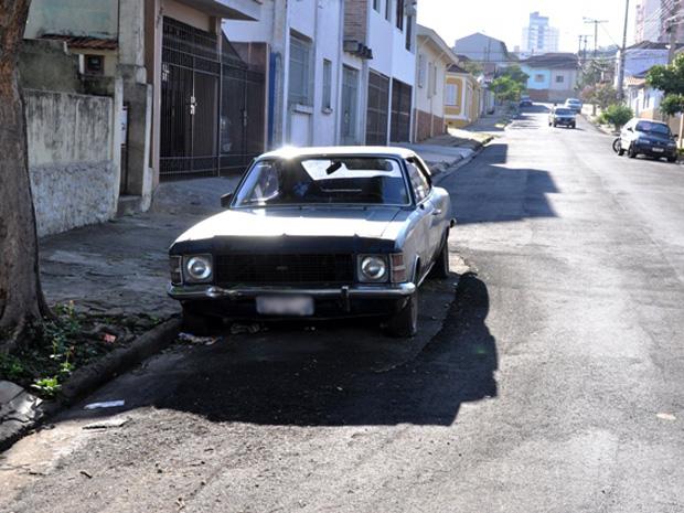 Carros foram reposicionados para conclusão do recapeamento (Foto: Maurício Alexandrino de Souza/ Arquivo Pessoal)