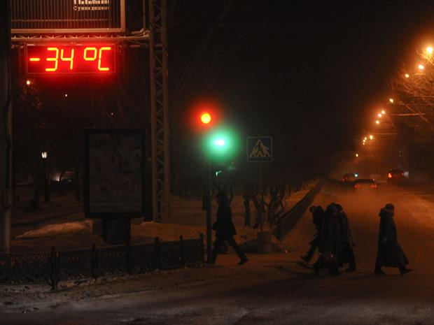 Termômetro em rua da cidade siberiana de Novosibirsk, cerca de 2.800 km ao leste de Moscou, marcava -34º C nesta quarta-feira (1º). (Foto: Ilnar Salakhiev/AP)