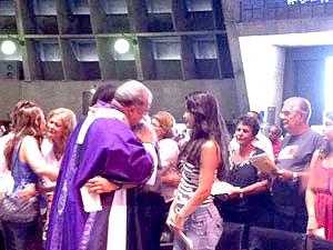 Dom Orani consola familiares durante missa no Rio (Foto: Thamine Leta / G1)
