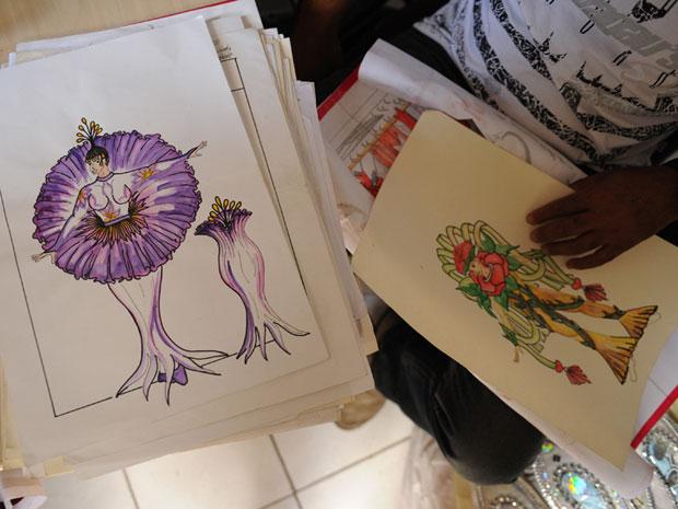 Desenhos de fantasias que estarão no desfile da estreante no Grupo Especial (Foto: Raul Zito/G1)