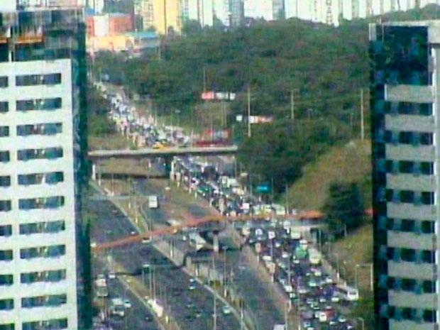 Ônibus parado na via bloqueia acesso à Av. Paralela, em Salvador (Foto: Reprodução/ Transalvador)