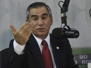 O ministro da Secretária-Geral da Presidência, Gilberto Carvalho, durante programa de rádio (Foto: Antônio Cruz / Agência Brasil)