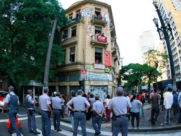 Movimentação em prédio ocupado é vigiada pela polícia  (Foto: Mário Ângelo/Sigmapress/AE)