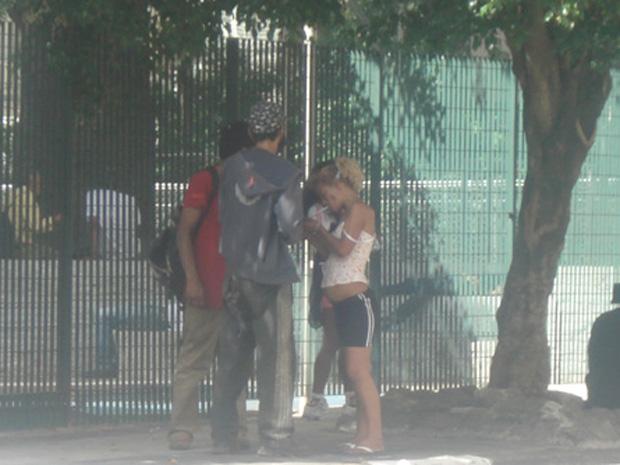 Usuários aproveitam ausência da PM para usar drogas na Rua Barão de Piracicaba (Foto: Márcio Pinho/G1)