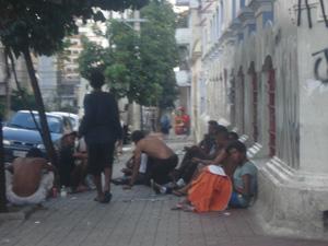 Usuários se concentram na Rua Apa (Foto: Márcio Pinho/G1)