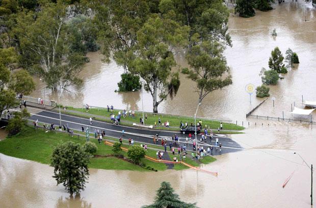 Vista aérea de uma rodovia perto da cidade de Moree, que foi 'cortada' ao meio pelas inundações (Foto: Brad Hunter/Reuters)