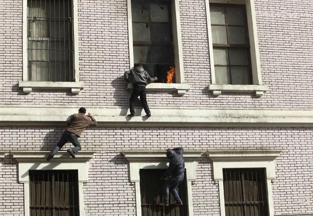 O protesto contrário ao governo militar que explodiu no centro do Cairo nesta sexta-feira (3) e deixou mortos quase resultou em uma tragédia maior ainda. Uma granada de gás lacrimogêneo atirada pela polícia quebrou uma janela e invadiu um apartamento, gerando um princípio de incêndio. (Foto: Asmaa Waguih/Reuters)