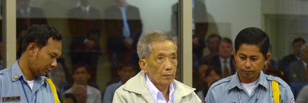 Kaing Guek Eav, o Duch, chega ao tribunal nesta sexta-feira (3) (Foto: AP)
