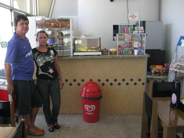 Gentil Souza Junior e Márcia Aparecida de Almeida, proprietários da lanchonete do aeroporto (Foto: Gabriela Gasparin/G1)