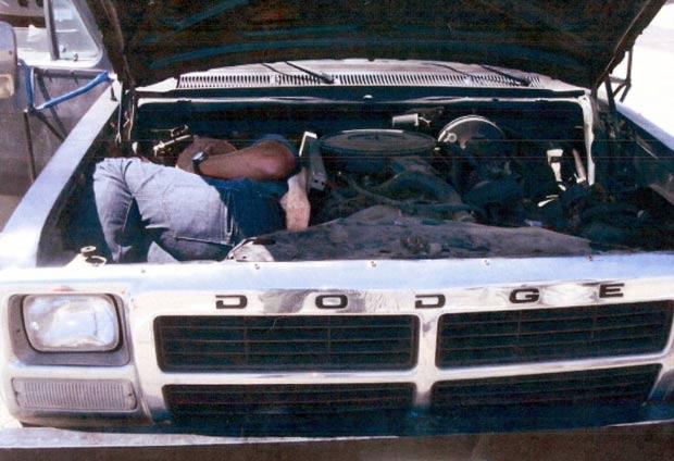 Homem se escondeu dentro do capô de veículo para entrar nos EUA. (Foto: ICE/AP)