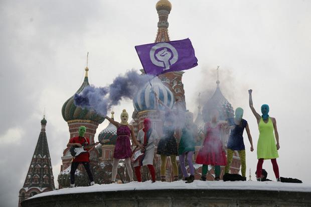 As mascaradas do Pussy Riot em show não autorizado na Praça Vermelha, sob -10° C, no fim de janeiro; duas integrantes foram presas e outras duas, multadas (Foto: Divulgação / Pussy Riot)