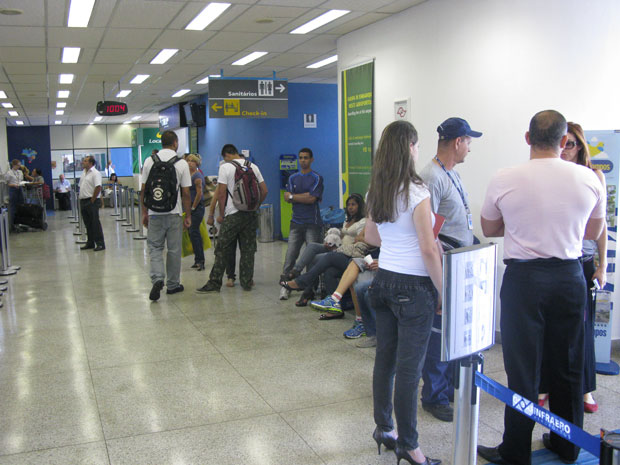 Passageiros aguardam em pé em saguão do aeroporto (Foto: Gabriela Gasparin/G1)