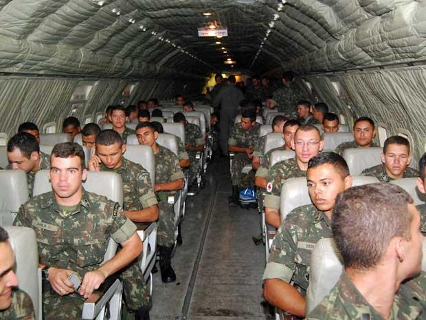 Mais 129 militares do Exército foram transportados pela Força Aérea Brasileira (FAB) para Salvador. (Foto: Luna Markman / G1)
