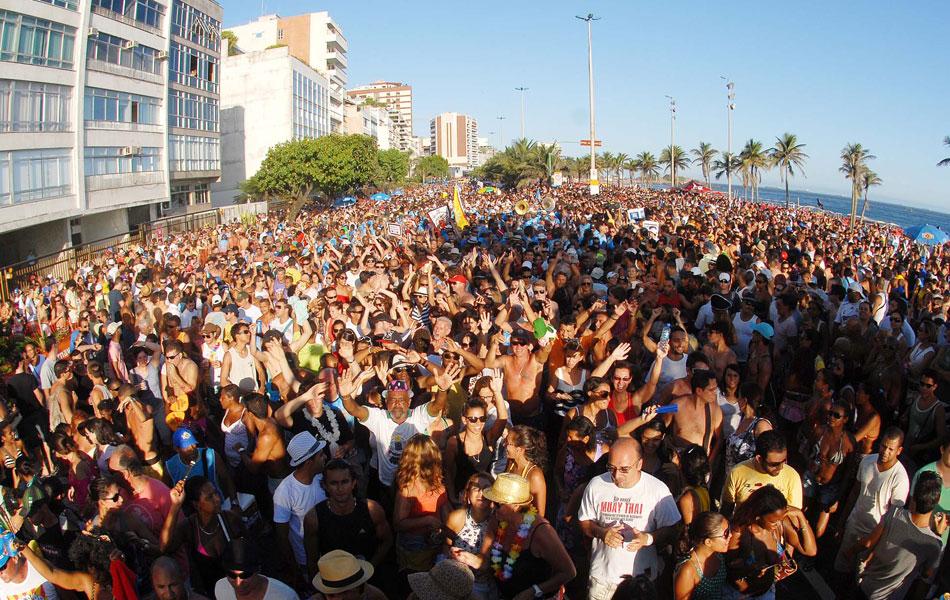 Multidão acompanha primeiro desfile da Banda de Ipanema que abre o pré-carnaval no Rio na tarde deste sábado (4)