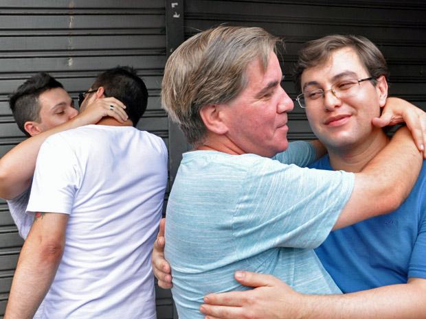 """Grupos em defesa dos direitos dos homossexuais promoveram 'beijaço' em frente à lanchonete na Rua Vergueiro, na Zona Sul de São Paulo, na tarde deste sábado (4). No sábado passado (28), o jornalista Marcelo Hailer, de 29 anos, e o estudante Eros Prado, de 19, foram repreendidos durante um beijo por um funcionário do estabelecimento, que alegou que se tratava de um """"ambiente familiar"""". Marcelo fez registro do ocorrido no sistema online da CADS (Coordenadoria de Assuntos de Diversidade Sexual) (Foto: Cris Faga/AE/AE)"""