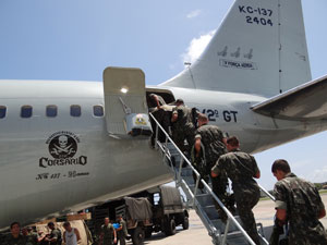 Embarque de soldados no Recife para Salvador, integrantes da Força Nacional de Segurança (Foto: Luna Markman/G1)