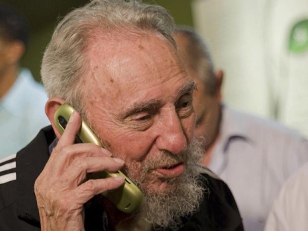 Fidel Castro fala em celular durante lançamento de livro de memórias em Havana (Foto: Reuters/Cubadebate/Roberto Chile)