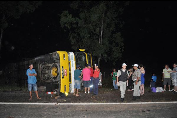 Ônibus tombou na madrugada deste sábado em São Sepé (RS) 600x400 (Foto: Divulgação/Leandro Ineu/Jornal do Garcia Online)