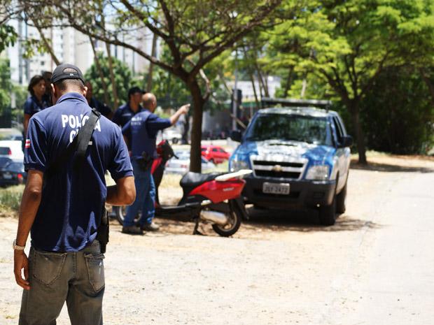 Policiais no local onde PC morreu, em Salvador (Foto: Egi Santana/G1)