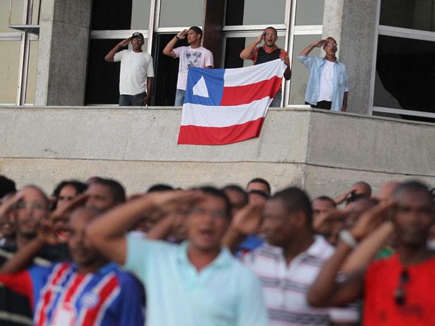 Militares em greve, acampados na Assembleia Legislativa, prestam continência ao Pavilhão Nacional. (Foto: LÚCIO TÁVORA/AGÊNCIA A TARDE/AE)