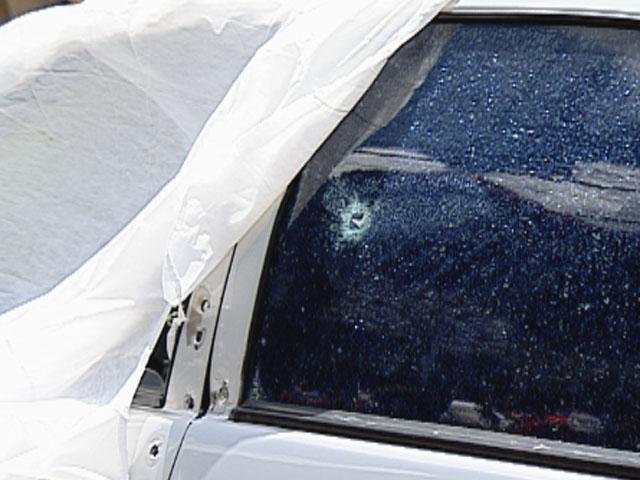Marca de tiro no carro onde um dos jovens foi assassinado (Foto: Reprodução/TV Globo)