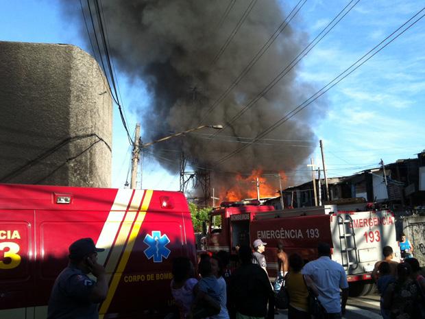 Um incêndio atinge a Favela do Corujão, na altura do número 1.500 da Avenida Guilherme, na Vila Guilherme, na Zona Norte de São Paulo, na manhã deste domingo (5), segundo a Polícia Militar. Dez carros do Corpo de Bombeiros foram enviados para o local. Até as 8h20, os bombeiros não tinham informações sobre vítimas (Foto: Daniel Roda/G1)