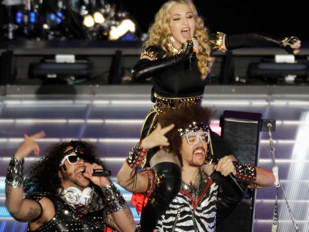 Madonna canta no Super Bowl acompanhada da dupla LMFAO (Foto: AP/Charlie Riedel)